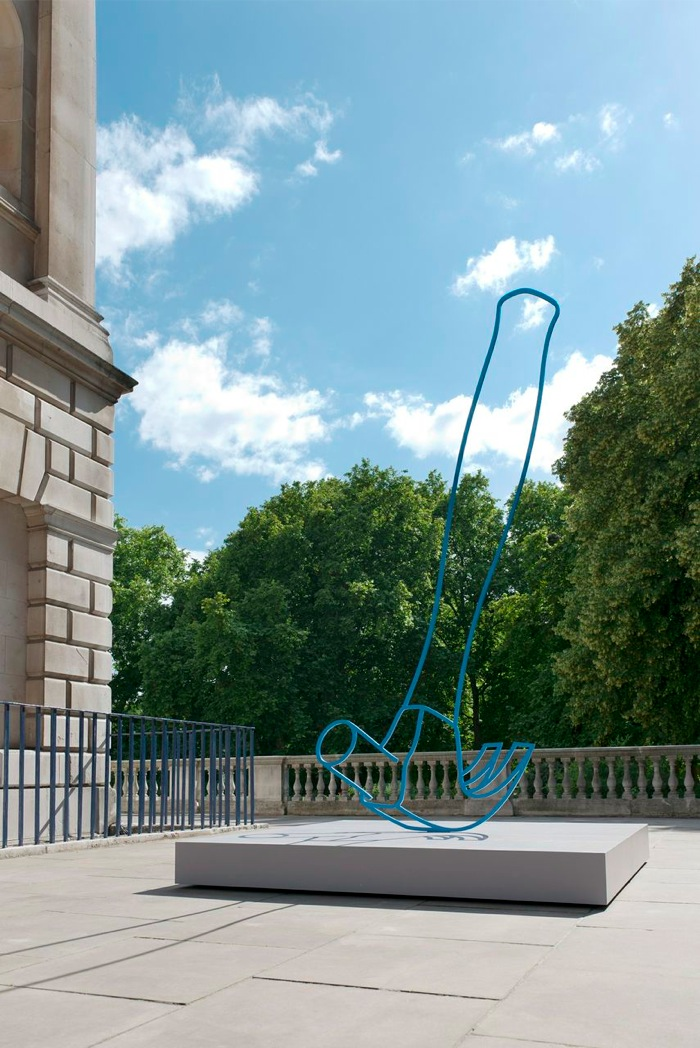 Michael Craig-Martin 'Hammer (Blue)',   2011 Courtesy the artist and New Art Centre; Gagosian Gallery