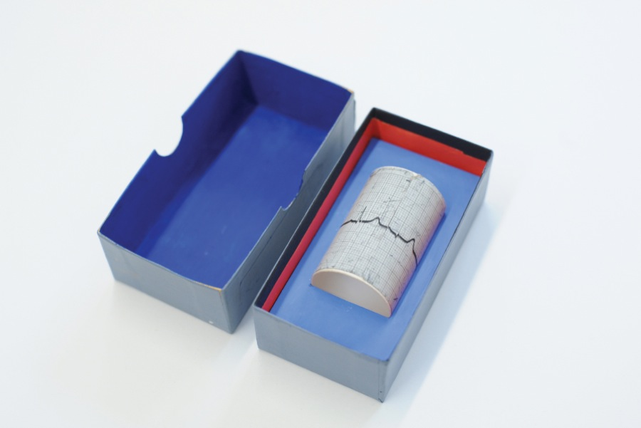 Brian O'Doherty Duchamp Boxed,   1968 Electrocardiographic tracing,   cardboard box 3 x 10 x 5.5 cm Courtesy Galerie Thomas Fischer,   Berlin