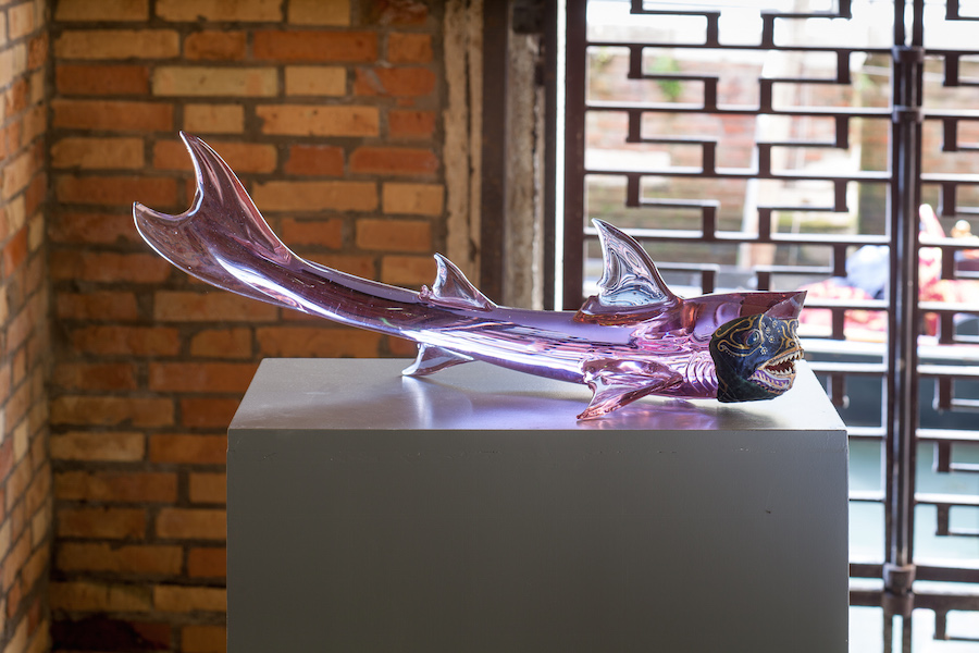 Jimmie Durham,   Carnivalesque Shark in Venice 2015 vetro,   pelle,   denti di piranha,   carta pesta,   pittura acrilica,   Venice - Objects,   Work and Tourism,   Fondazione  Querini Stampalia,   Venezia 2015