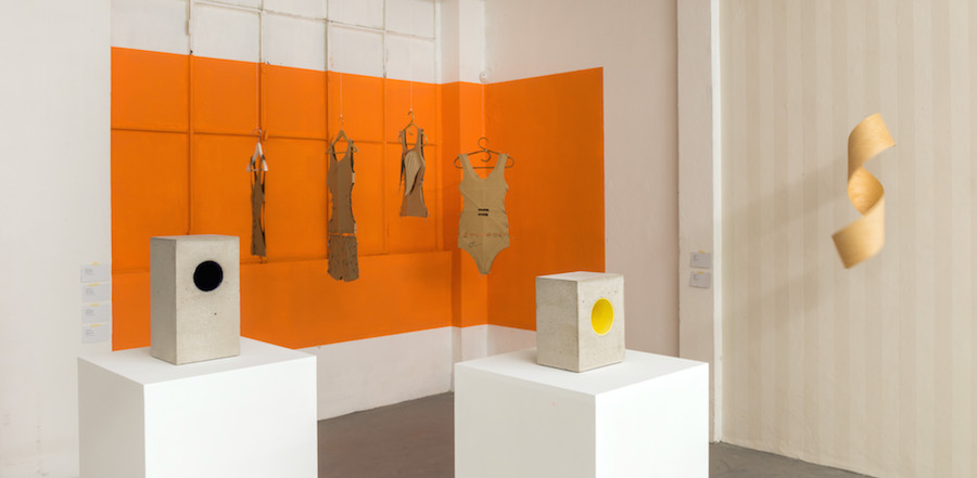 Vu Dan Tan,   Fashion # 31,   recycled cardboard,   2009,   86 x 35 x 10 cm (variable) - Foto di Christian Parravicini