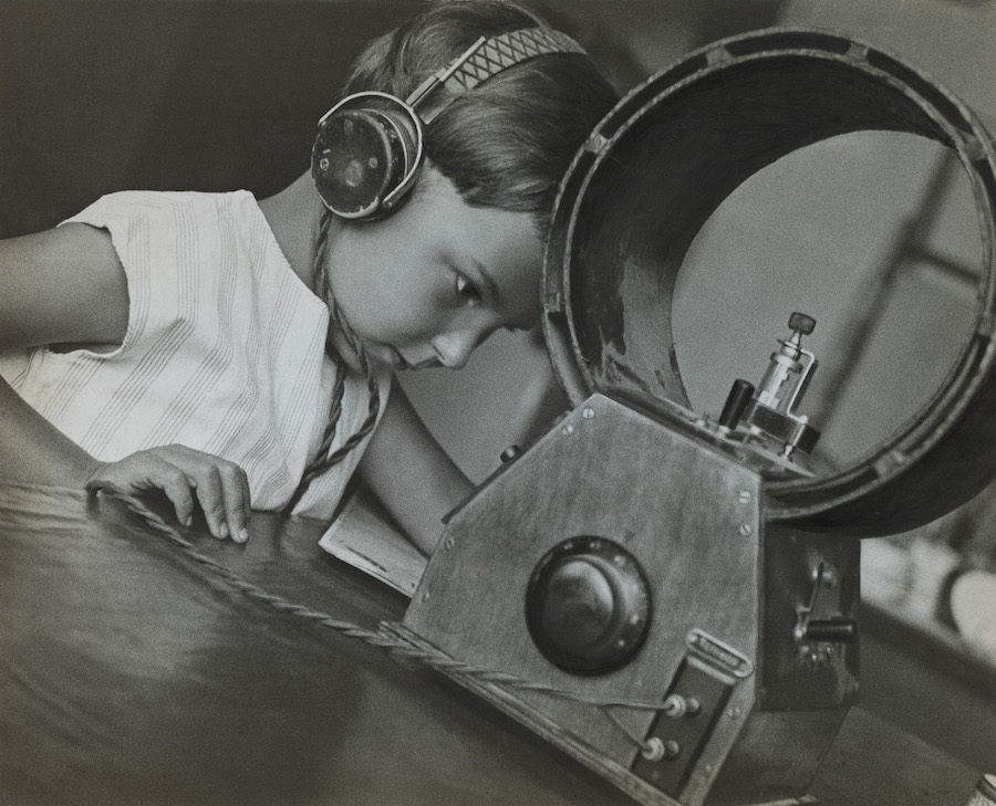 Rodchenko,   Radio-listener,   1929,   Collezione del Moscow House of Photography Museum
