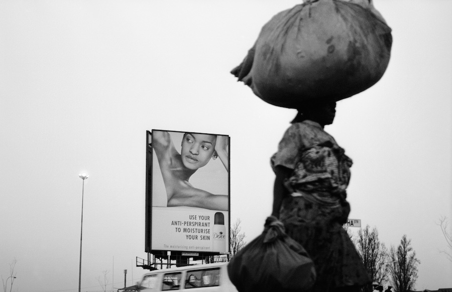 Santu Mofokeng  Dove Lady #4, Orlando East, Soweto(2002) dalla serie 'Billboards' stampa ai pigmenti © The Santu Mofokeng Foundation Images courtesy Lunetta Bartz, MAKER, Johannesburg