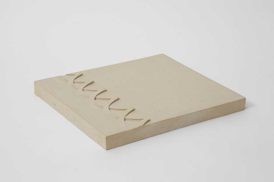 Anna-Bella Papp, Untitled, 2013, clay, 30.8 x 28 x 2.5 cm © the artist and Stuart Shave/Modern Art London copia