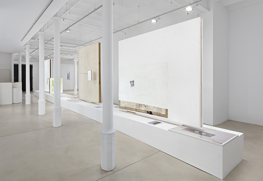 David Ostrowski – Bei mir geht es in den Keller hoch – Blueproject Foundation, Barcelona – Installation view - Courtesy Sprüth Magers, Berlino/London/Los Angeles  -  Photo Hans-Georg Gaul