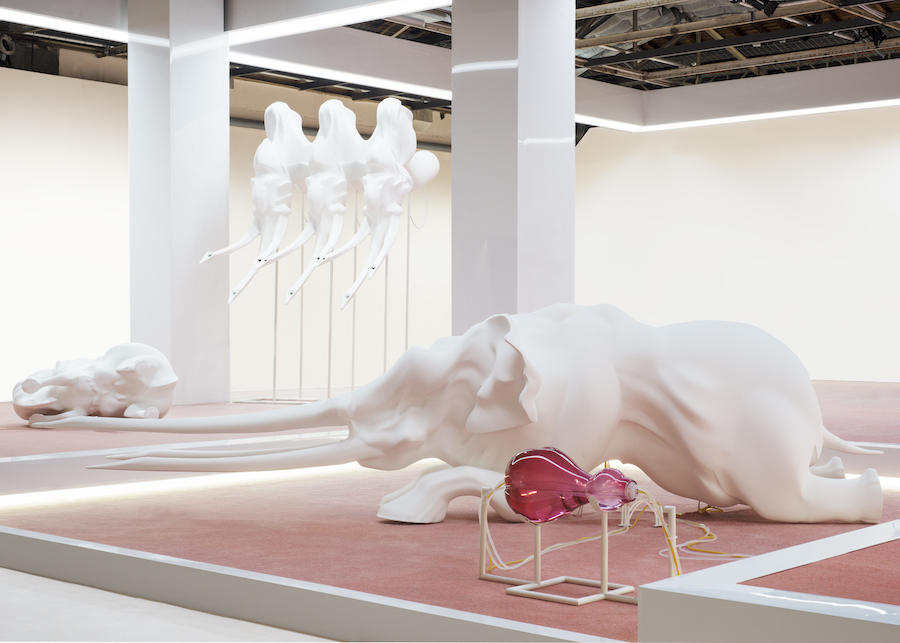 3_Marguerite Humeau, ECHO, 2016, a matriarch engineered to die, exhibition view, Palais de Tokyo, Paris, Polystyrene, white paint, acrylic parts, latex, silicone, nylon, glass artificial heart, water pumps, water, potassium chloride, powder-coated metal stand, sound, W 120,2 x L 449,6 x H 136,1 cm (including stand) + Glass Heart W 30 x L 60 x H 30 cm, Courtesy the Artist, C L E A R I N G New York/Brussels, DUVE Berlin