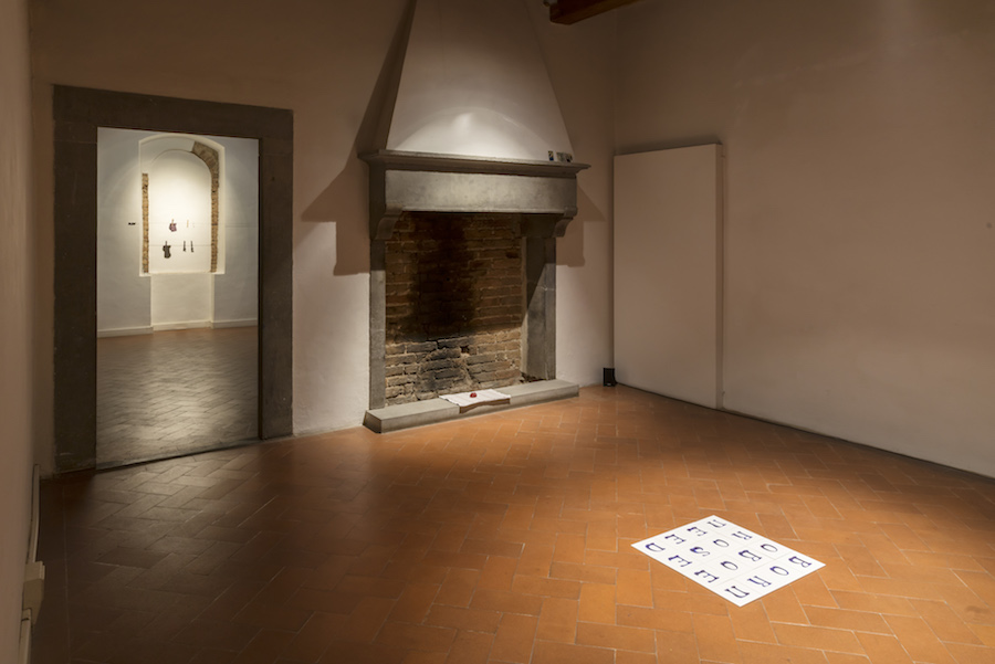 Rosa Aiello, Fate Presto. Casa Masaccio Centro per l'Arte Contemporanea. Exhibition view. Ph OKNOstudio.
