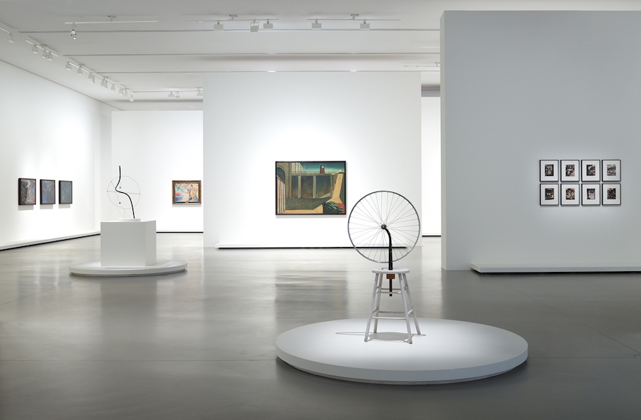 Vue d'installation de l'exposition Être moderne : le MoMA à Paris, galerie 1 (niveau -1), Fondation Louis Vuitton, Paris, du 11 octobre 2017 au 5 mars 2018. © Association Marcel Duchamp / Adagp, Paris, 2017 © 2017 Calder Foundation New York / ADAGP, Paris © Adagp, Paris, 2017 pour l'œuvre de Giorgio de Chirico. © Fondation Louis Vuitton / Martin Argyroglo