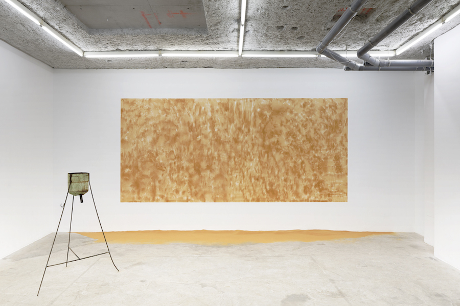 Untitled (Sand I), 2018, sable du Sahara, 245 x 600 cm (96 5/8 x 236 in.)