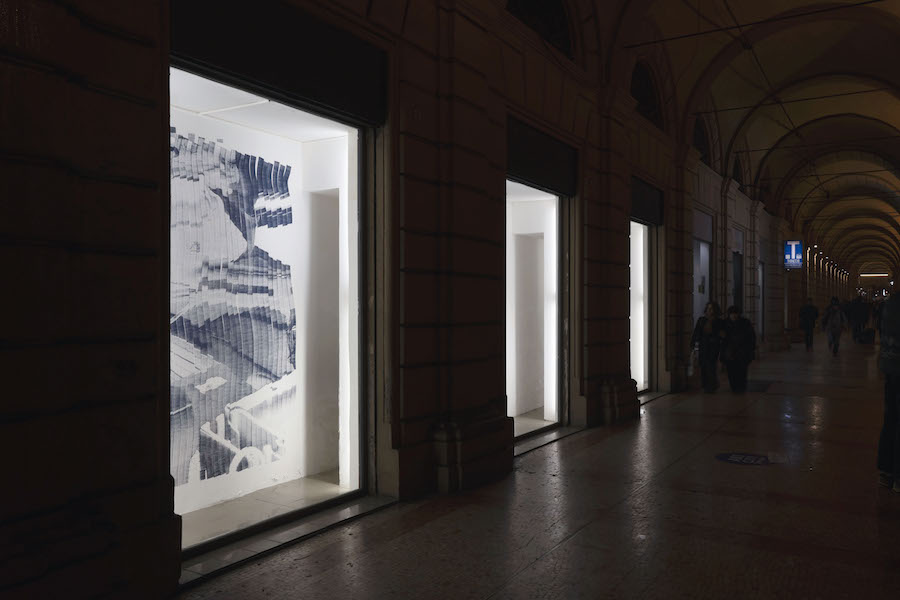 Rob Chavasse, Shutter (stampa a getto d'inchiostro su parete) - Installation view at Tripla, Bologna, 2019. Courtesy the artist and Tripla, Photo credits Tripla